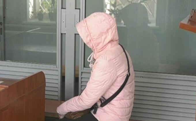 Người vợ bị hiếp dâm ở làngShevchenkovo, tỉnh Kharkov khi đến cơ quan điều tra để khai báo trong tuần này. Ảnh: ICTV.
