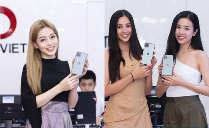 Từ trái sang phải: Á hậu Phương Nga, Hoa hậu Tiểu Vy và Á hậu Thúy Andiện trang phụcgiản dị khi tới đổi điện thoại.