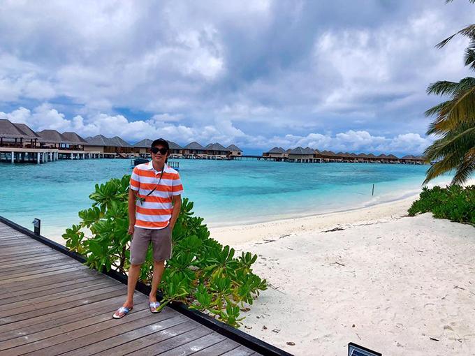 Đi cho biết đó biết đây. Ở nhà khô mắm biết ngày nào khôn, danh hài Hoài Linh dí dỏm bình luận về bức ảnh trong chuyến du lịch Maldives. Mọi năm nam danh hài tất bật chạy show để hoàn thành tâm nguyện xây nhà thờ Tổ. Tuy nhiên từ năm 2019 anh dần rút khỏi tất cả các gameshow truyền hình và chỉ thỉnh thoảng đi diễn. Anh chủ yếu dành thời gian để nghỉ ngơi, chăm sóc vườn nhà thờ Tổ và đi du lịch.