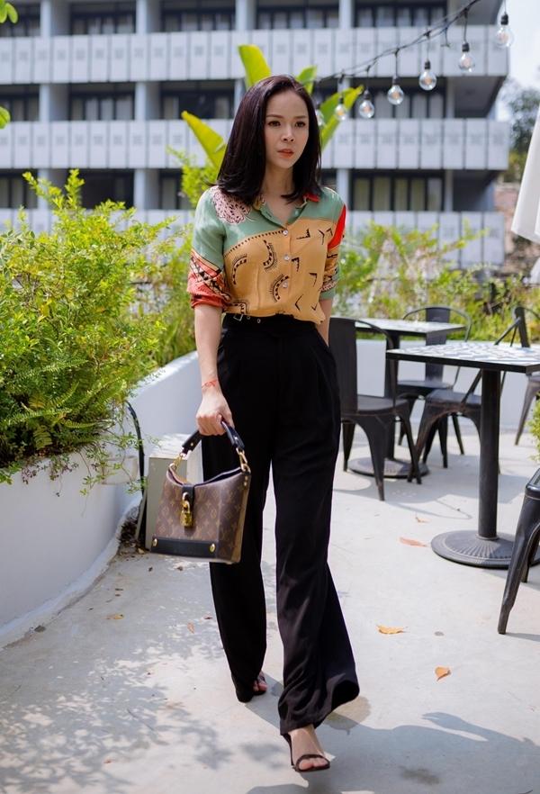 Quần ống loemàu đen dễ dàng phối cùng nhiều kiểu sơ mi hay áo thun.