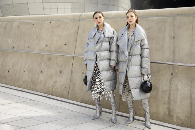 Xuất hiện tại ngày thứ 3của Seoul Fashion Week 2020, bộ đôi bạn thân Kelly - Lilly Luta hóa thân thành cặp chị em song sinh bằng cách ăn diện trang phục giống nhau.