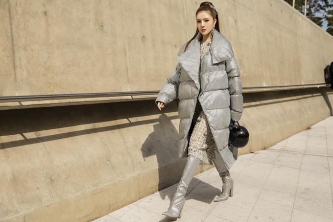 Lily Luta tự tin thể hiện phong cách cá nhân khi xuất hiện trong khu chụp ảnh street style của tuần lễ thời trang Soeul.