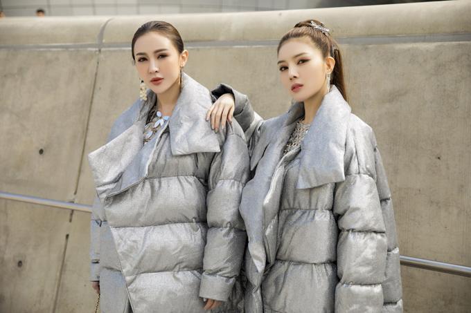 Chọn màu bạc và ánh kim làm chủ đạo, Kelly và Lilly Luta cùng diện váy lấp lánh bên trong, khoác bên ngoài áo phao.