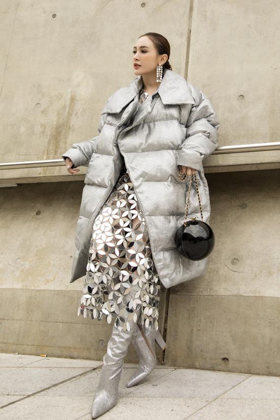 Kelly khoe dáng với mica tráng gương được sử dụng ton-sur-ton cùng áo phao, bốt ánh kim.
