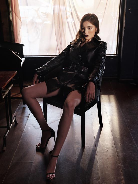 Áo măng tô đen được thiết kế trên chất liệu da mang lại phong cách sang chảnh theo đúng mốt thu đông cho Kỳ Duyên.