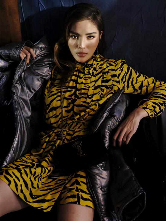 Những kiểu váy ngắn sexy được phối hợp ăn ý cùng các mẫu áo khoác, áo choàng, blazer mang lại nét hiện đại, cá tính cho người mặc.