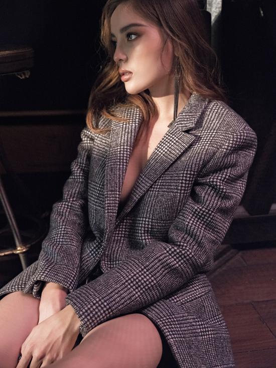 Blazer kẻ sọc thời thượng được Kỳ Duyên sử dụng với mốt không nội y nhằm khoe nét sexy.