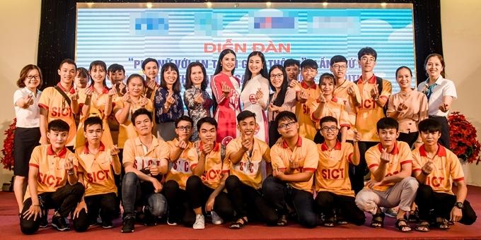 Ngọc Hân và Nguyễn Bùi Kiều Vỹ chụp hình cùng các bạn trẻ tham gia chương trình.