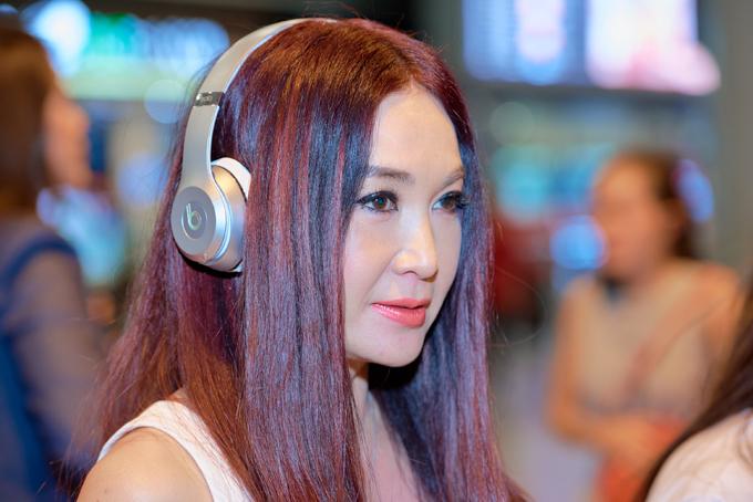 Ôn Bích Hà trẻ trung xuất hiện ở sân bay Việt Nam.