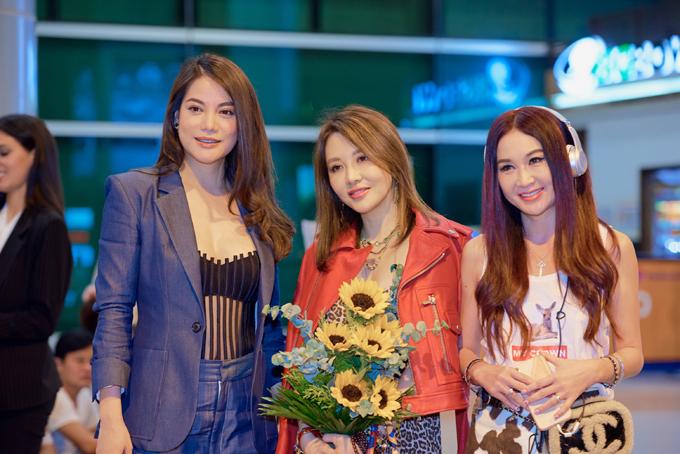Trương Ngọc Ánh (áo xanh) ra sân bay đón Ôn Bích Hà (phải).