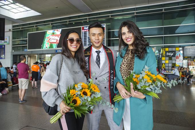Á quân Mister Việt Nam 2019 Nguyễn Hoàng Nam đón siêu mẫu Loredana Salanță (áo xanh) và Hoa hậu Trái đất 2016 Angelia Ong tại sân bay trưa 17/10.