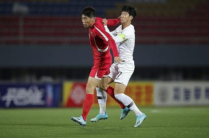 Son Heung-min bị cầu thủ Triều Tiên đánh vào mặt. Ảnh:AGENCE FRANCE-PRESSE
