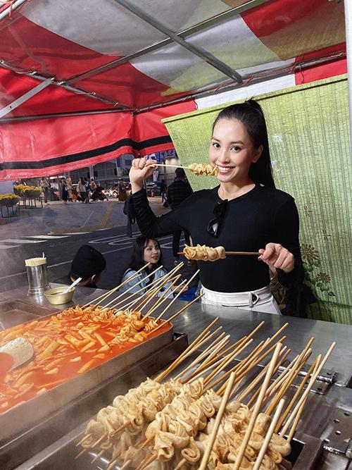 Hoa hậu Trần Tiểu Vy lang thang khám phá ẩm thực ở Seoul, Hàn Quốc.