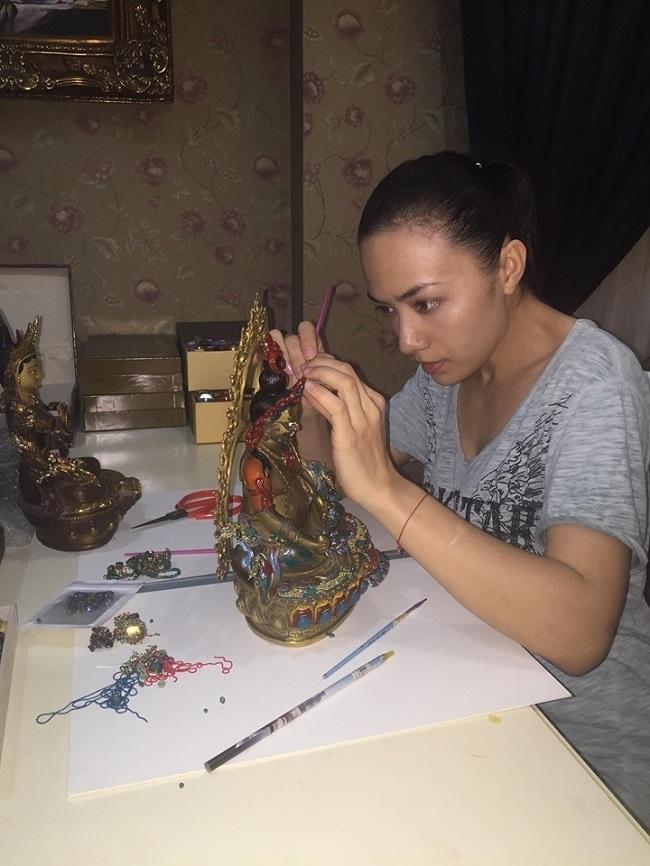Tina Tình xem việc đắp y tượng Phật vừa là công quả vừa là cách để rèn luyện tính kiên trì cho bản thân.