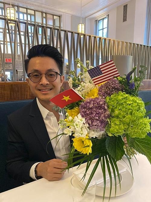 Bó hoa Tống Trí đặt tặng Thu Hoài.