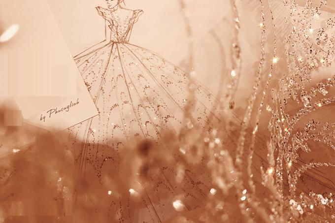 Bề ngoài nữ tính,điệu đà, bên trongtính cách độc lập, hiện đại, cô dâu Quản Hà Linh yêu hình ảnh của nàng công chúa Cinderella nhưng cũng say mê vẻ đẹp quyền lực nhưcác nữ thần. Làm sao để kết hợp được tất cả những yếu tố đó trong chiếc váy cưới - bộ lễ phục quan trọng hàng đầu với người con gái là điều mà Hà Linh đã nghĩ tới ngay khi tìm kiếm nhà thiết kế trang phục cho mình.