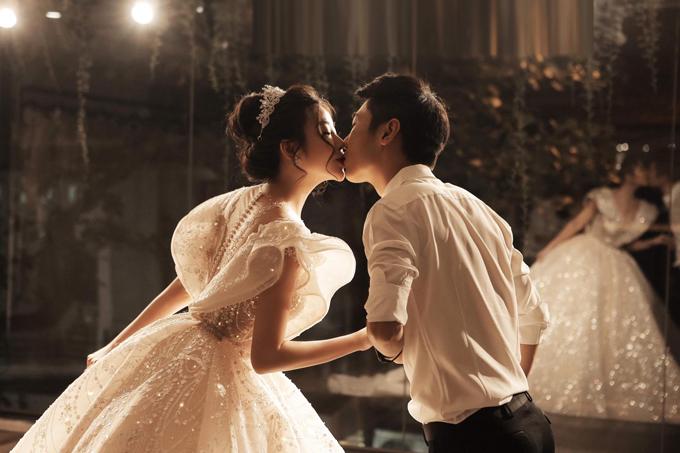 Ngắm cô dâu của mình trong chiếc váy cưới, chú rể đã không giấu được cảm xúc và dành cho cô nụ hôn ngọt ngào, lãng mạn. Cả hai đang mong chờ hôn lễ chính thức diễn ra vào ngày mai (20/10).