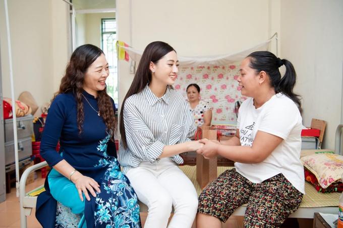 Lương Thùy Linh chia sẻ: Trên mọi chuyến đi đều được mama tổng quản hộ tống.