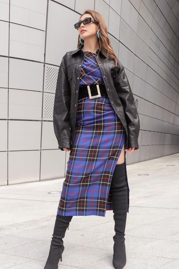 Áo khoác chất liệu da và boots cao cổ mang đến diện mạo cá tính cho người đẹp.