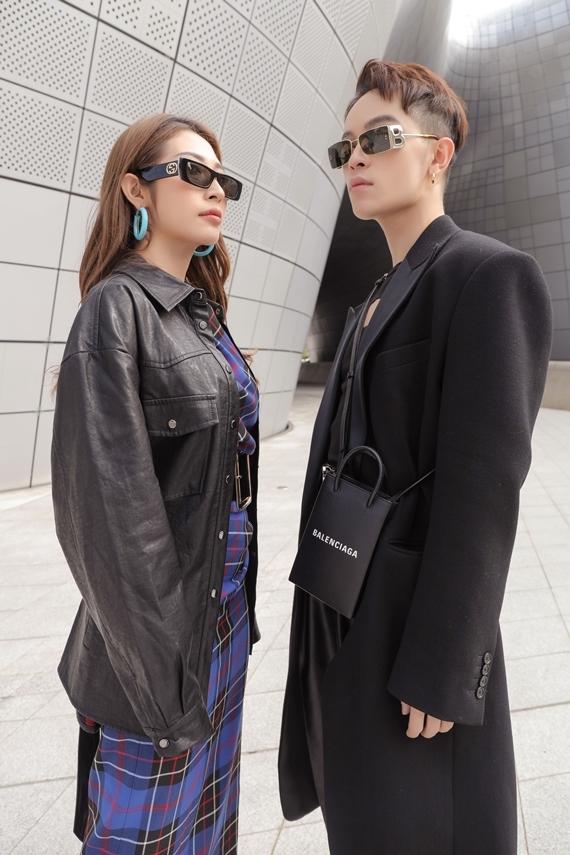 Đồng hành cùng nữ ca sĩ là stylist Kelbin Lei.