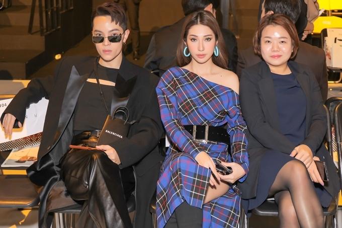 Khổng Tú Quỳnh bất ngờ trước quy mô và sự chuyên nghiệp của Seoul Fashion Week năm nay. Cô hào hứng theo dõi một buổi trình diễn thời trang thuộc khuôn khổ sự kiện.