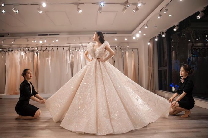 Đặc biệt hơn cả, điều khiến chiếc váy cưới trở nên đắt giálà phần họa tiết được kết từ 18.000 viên pha lê Swarovski kích cỡ khác nhau. Loại pha lê thượng hạng với độ trong suốt và sáng như kim cương giúp chiếc váy tối ưu hóa khả năng khúc xạ ánh sáng.