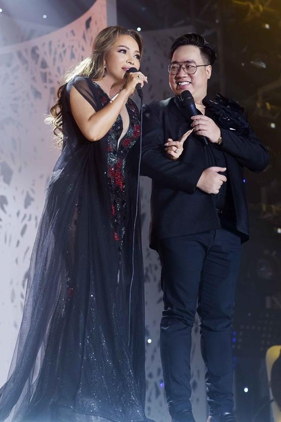 MC Tùng Leo dẫn dắt đêm nhạc.