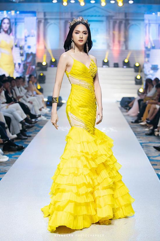 Hương Giang nâng váy cho HHen Niê - 3