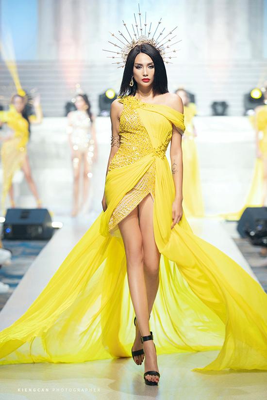 Hương Giang nâng váy cho HHen Niê - 5