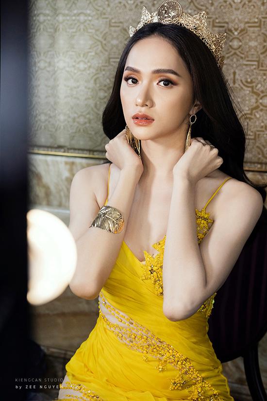 Hương Giang nâng váy cho HHen Niê - 4