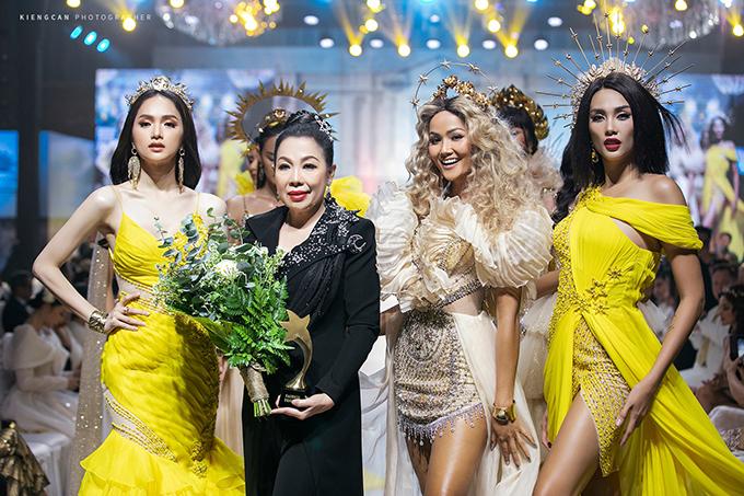 Hương Giang nâng váy cho HHen Niê - 7