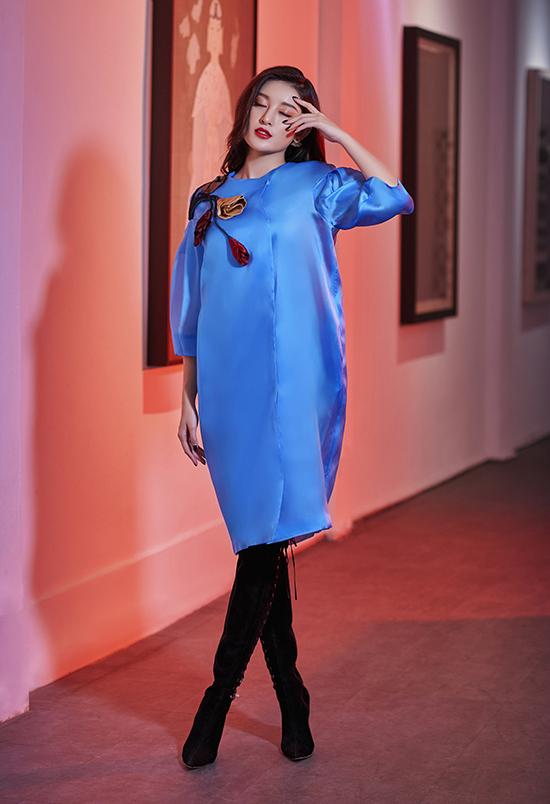 Ở bộ sưu tập Pre Fall 2019, Hà Linh Thư tiếp tục khai thác chất nhung, lụa tơ organday (một dòng lụa cao cấp), gấm... Đây vốn là những chất liệu quen thuộc trong hầu hết các thiết kế của nữ thiết kế.
