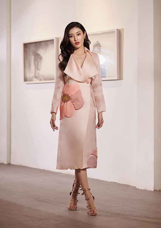 Các thiết kế dành cho mùa thu khai thác những kiểuváy suông, chữ A, váy bó sát hay váy giả vest, áo blazer mix áo croptop và quần short.