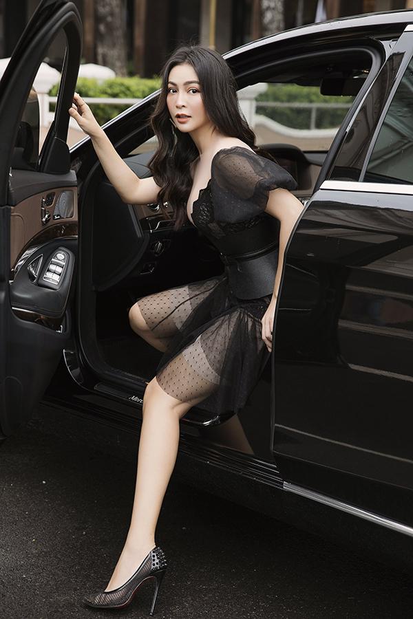 Với những buổi tiệc tối, cô chọn váy cocktail đen tôn ba vòng gợi cảm.