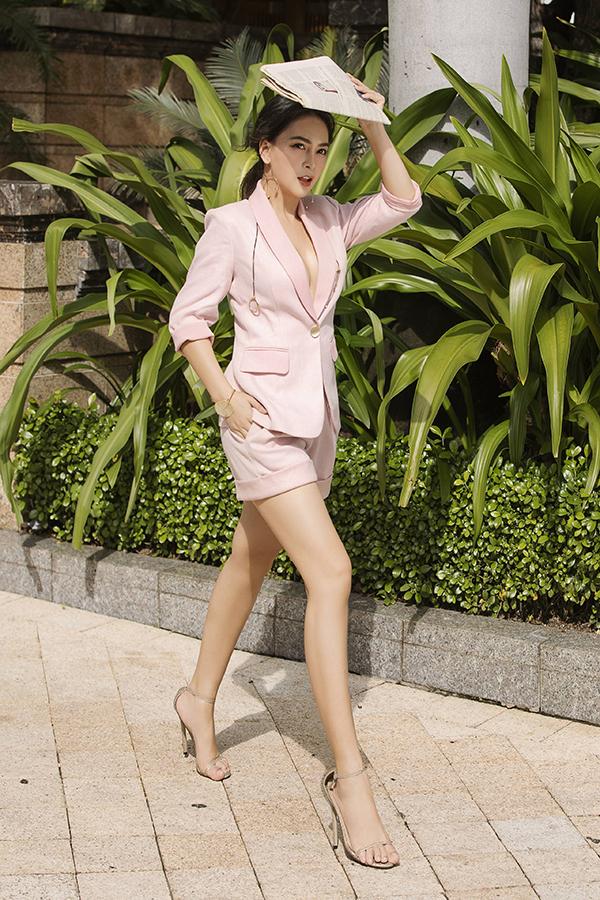 Quần ngắn ngang đùi kết hợp với sandals cao gót quai mảnh giúp đôi chân trông dài hơn thực tế.