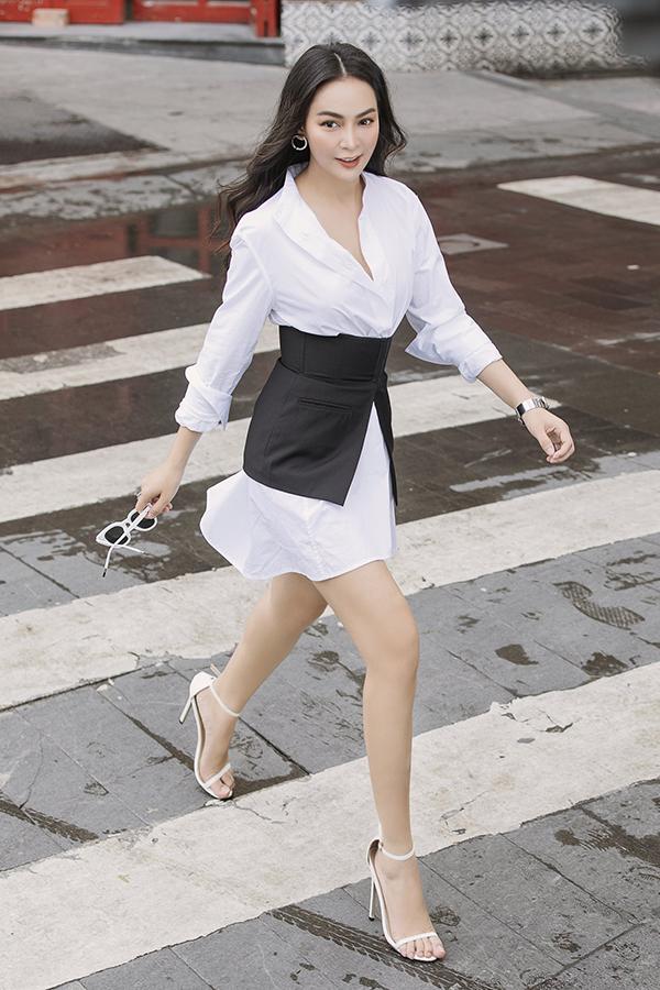 Kết hợp hai màu đen - trắng là cách phối đồ thường thấy nhất của trang phục công sở.