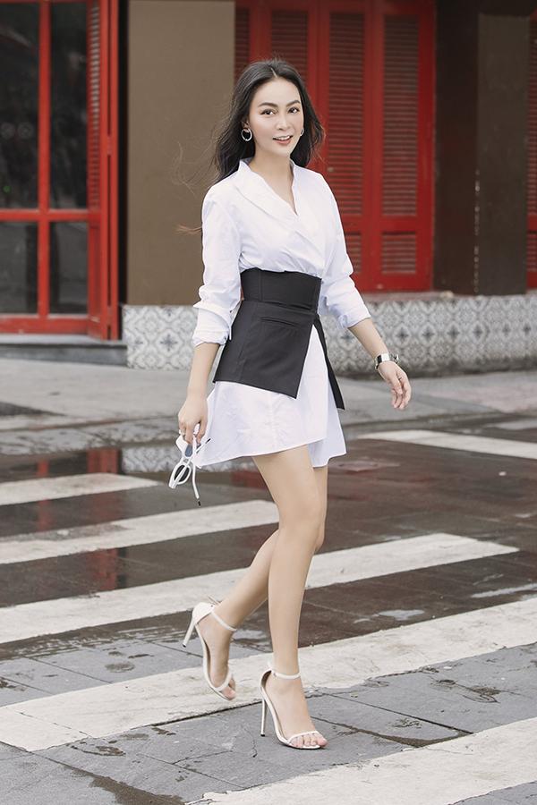 Nữ ca sĩ chọn kính mắt và sandals quai mảnh ton sur ton với trang phục để để hoàn thiện vẻ ngoài sành điệu mỗi ngày đi làm.