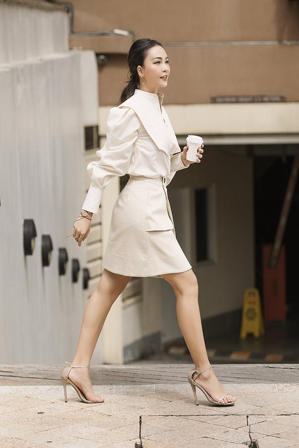 Với những ngày trong tuần đi làm, Mỹ Ngọc gợi ý chị em mặc áo sơ mi kết hợp với chân váy đơn giản để vừa đảm bảo sự lịch sự, kín đáo và năng động. Sandals cao gót quai mảnh giúp chị em ăn gian chiều cao, khiến đôi chân trông thanh thoát hơn.
