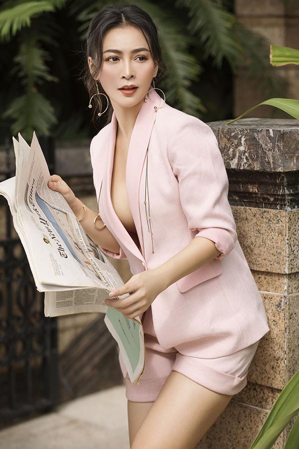 Vest không nội y giúp người đẹp khoe vòng một gợi cảm và trở nên dành điệu hơn với khuyên tai và dây chuyền quàng qua vai.