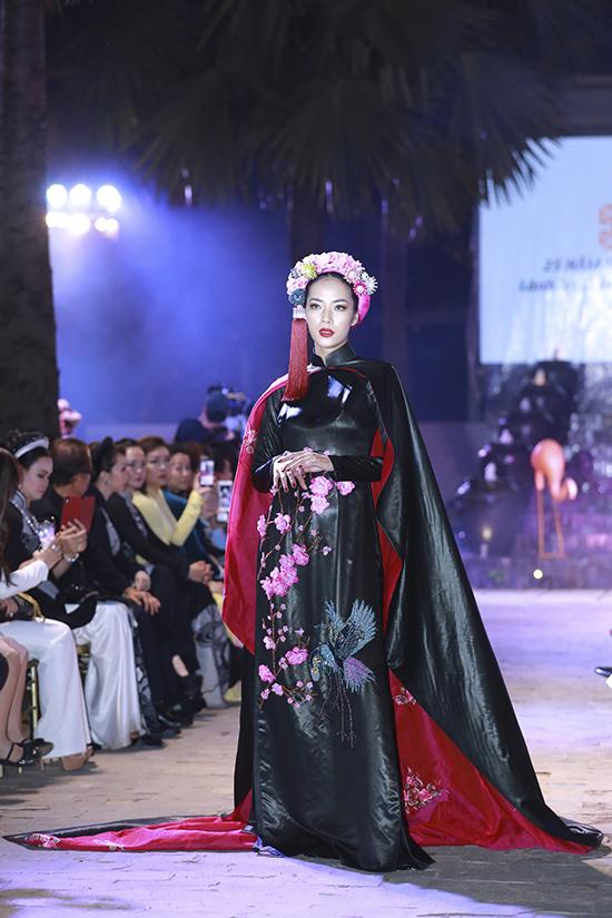 Nhà thiết kế chọn chất liệu vải lãnh truyền thống làm nguyên liệu chủ đạo cho bộ sưu tập lần này.