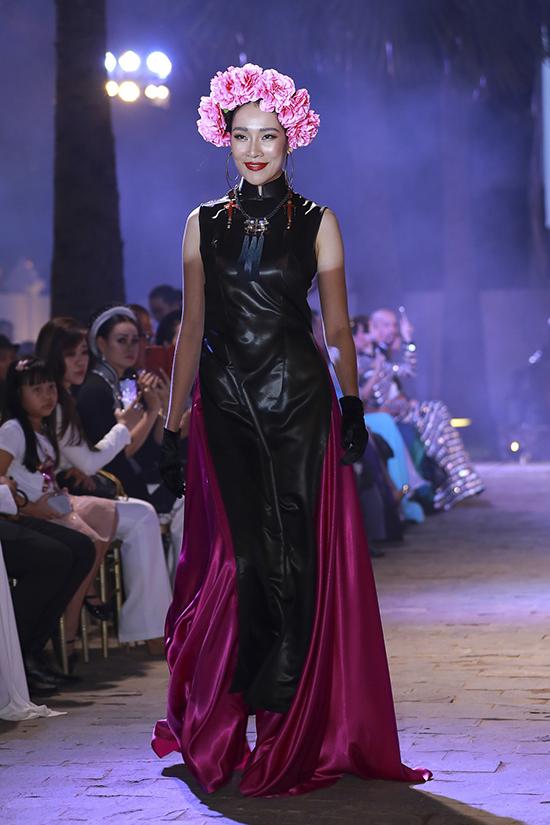 Song song với tông đen đặc trưng của vải lãnh Mỹ A, Võ Việt Chung sử dụng thêm nhiều màu nóng để phối hợp trên từng trang phục.