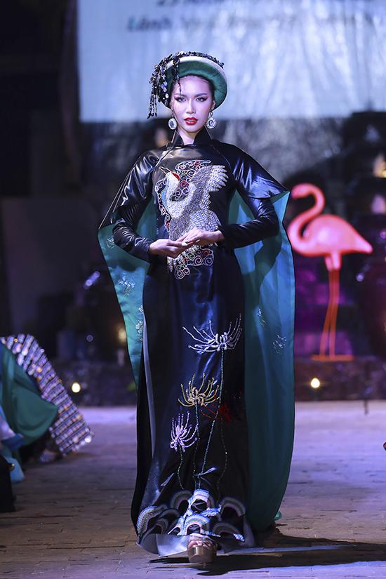 Siêu mẫu Minh Tú diện áo dài kèm áo choàng cầu kỳ khi xuất hiện trong show diễn Lãnh Mỹ A báu vật nghìn năm của nhà thiết kế Võ Việt Chung.