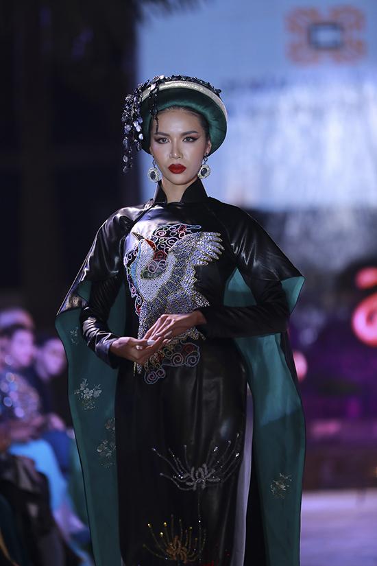 Hoạ tiết thêu và đính kết thủ công được áp dụng để mang tới điểm nhấn bắt mắt cho trang phục của vedette.