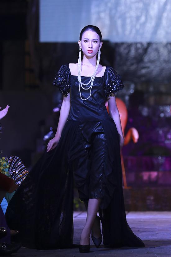 Võ Việt Chung chọn thêm hạt ngọc trai tông màu tương phản chất liệu để trang trí và dùng làm phụ kiện cho các mẫu váy áo cầu kỳ.