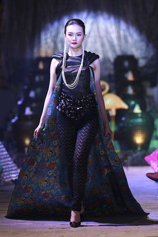 Ở bộ sưu tập này, nhà mốt Việt còn dùng thêm chất liệu lụa Chirimen của Nhật Bản để trang trí cho phần tà áo.