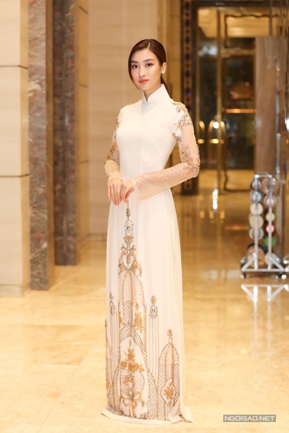 Hoa hậu Đỗ Mỹ Linh dịu dàng trong tà áo dài. Người đẹp mới đón sinh nhật lần thứ 23 cách đây vài ngày.