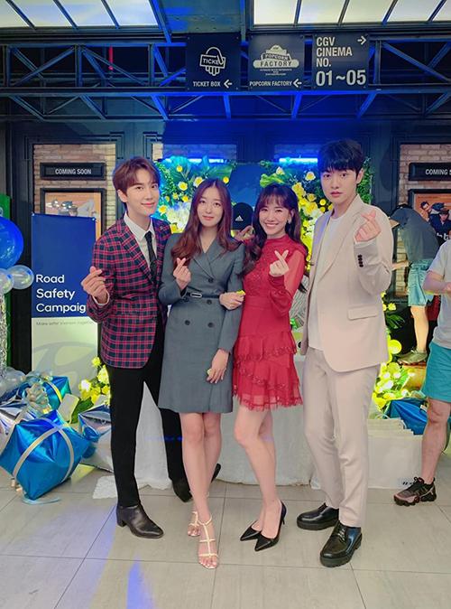 Ca sĩ Hari Won quay dự án mới chung với các diễn viên Hàn Quốc. Bà xã Trấn Thành cho biết hôm nay là quay ngày thư 5, còn dài lắm.