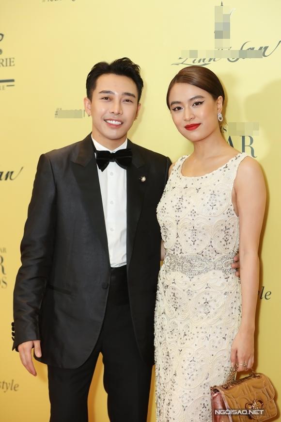 Ca sĩ Hoàng Thùy Linh đi cùng một người bạn.