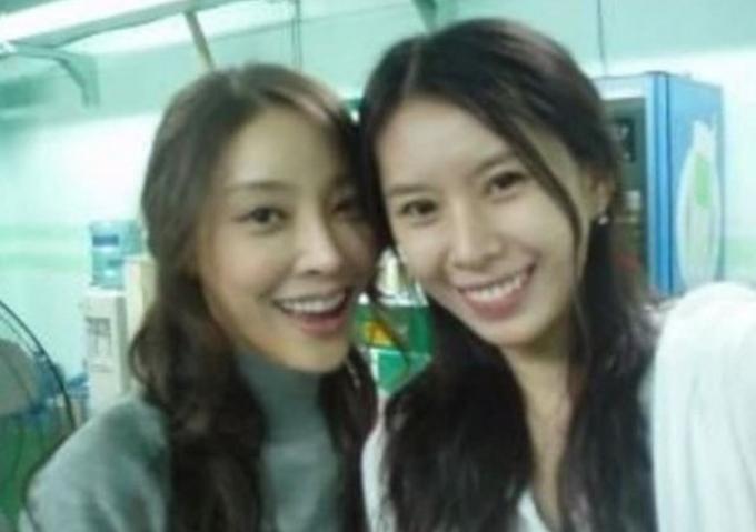 Jang Ja Yun (trái) và Yoon Ji Oh nhiều năm về trước.