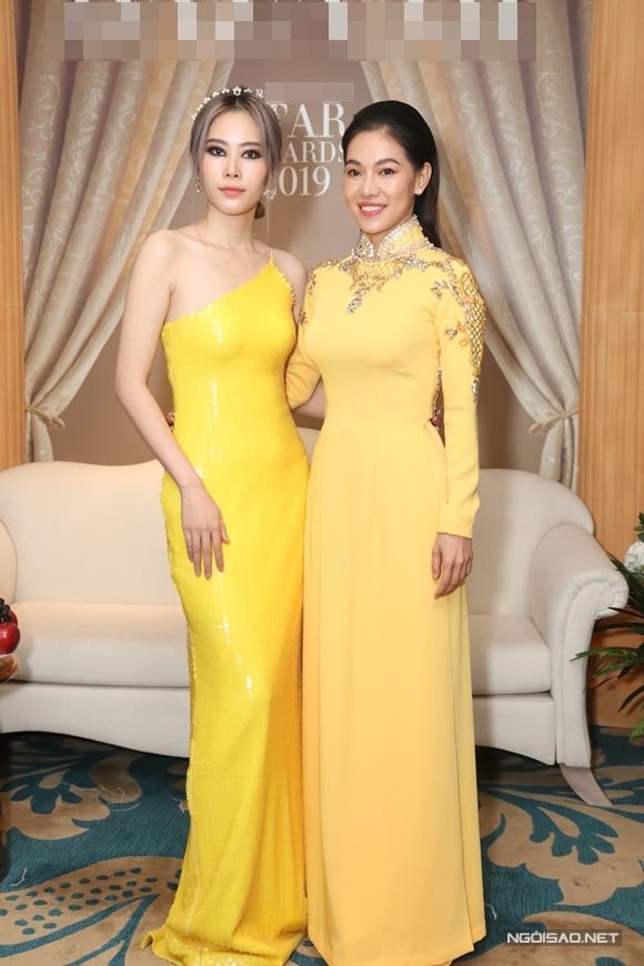 Hoa khôi Nam Em (trái).